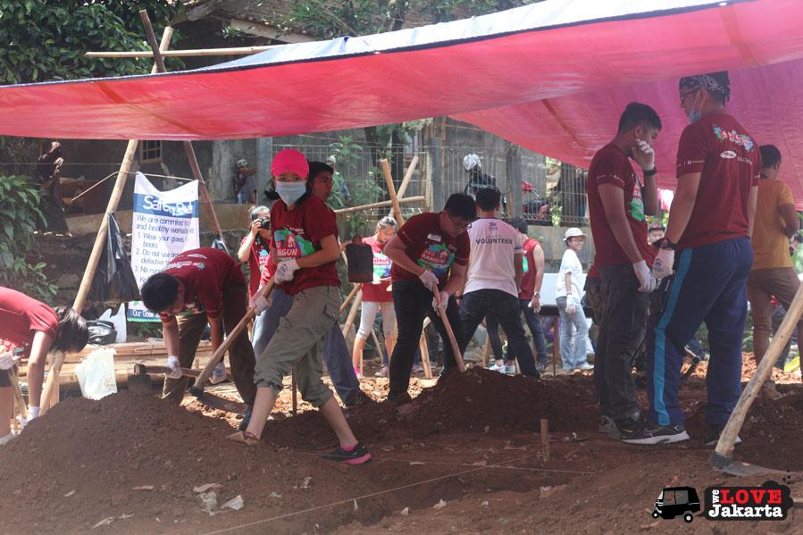 tasha may_welovejakarta_we love jakarta_Habitat for Humanity_Sentul_Aku bangun Indonesia_NGO Jakarta_local Indonesian kids in the village_volunteers