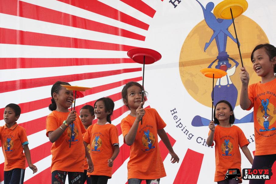 Spinning plates_red nose circus_Yayasan Hidung Merah_Red Nose Foundation_Indonesia_tasha may_we love jakarta_welovejakarta.com_Circus kids in Indonesia_
