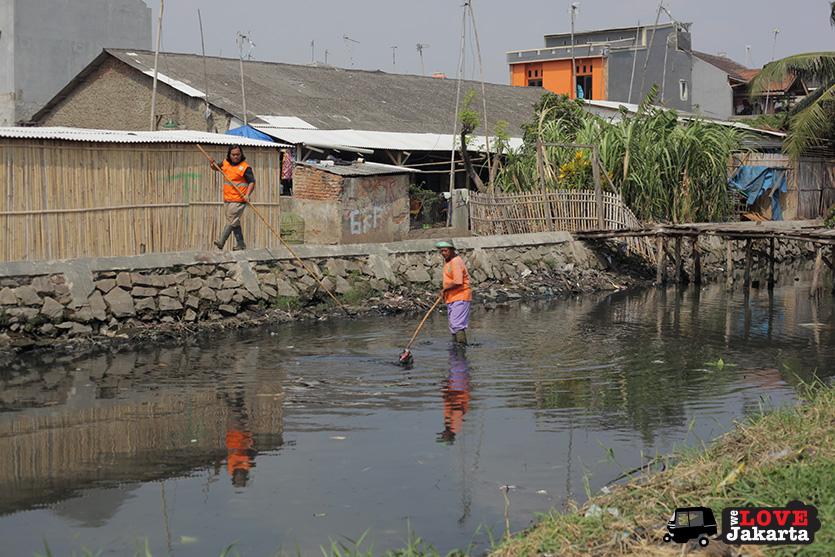 Workers cleaning the river in Kalibaru_Tasha May_welovejakarta_We Love Jakarta_Rachel House_Kalibaru North Jakarta