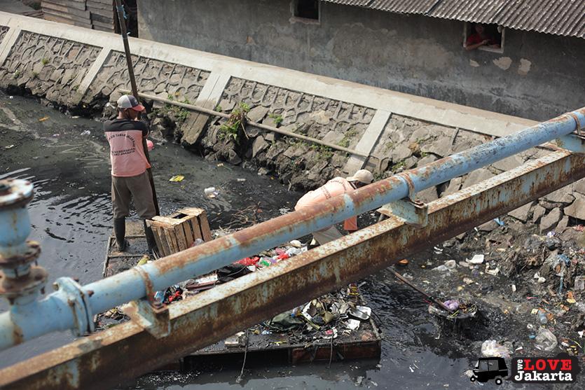 Tasha May_welovejakarta_We Love Jakarta_Rachel House_Kalibaru North Jakarta_men clearing the river in Kalibaru, Jakarta, Indonesia